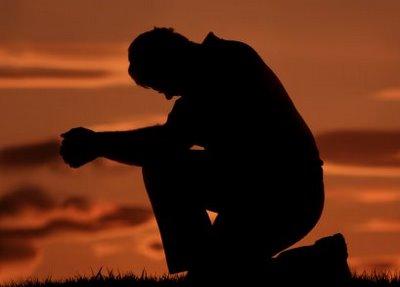 Man-praying-knees
